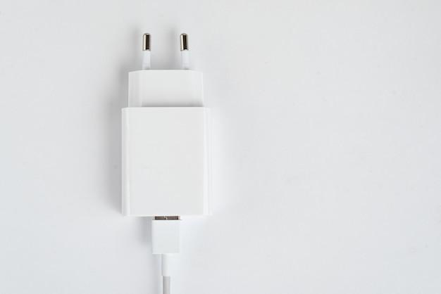 Caricatore per cellulare bianco su sfondo bianco isolato - con cavo usb