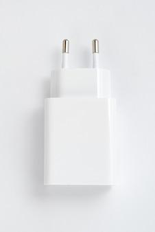 Caricatore del telefono cellulare bianco su sfondo bianco isolato