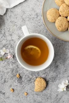Tazza in ceramica bianca con interno liquido giallo