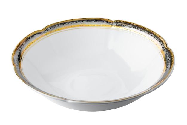 Белая керамическая тарелка с золотой каймой на белом фоне