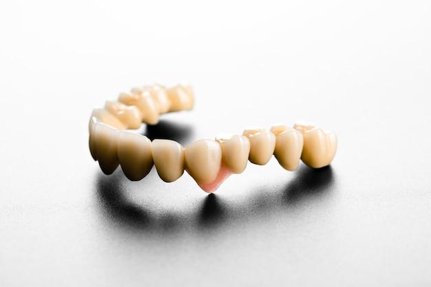 Изолированные белые керамические зубы