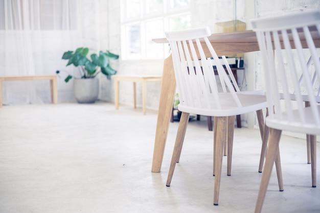 コーヒーショップで白い椅子