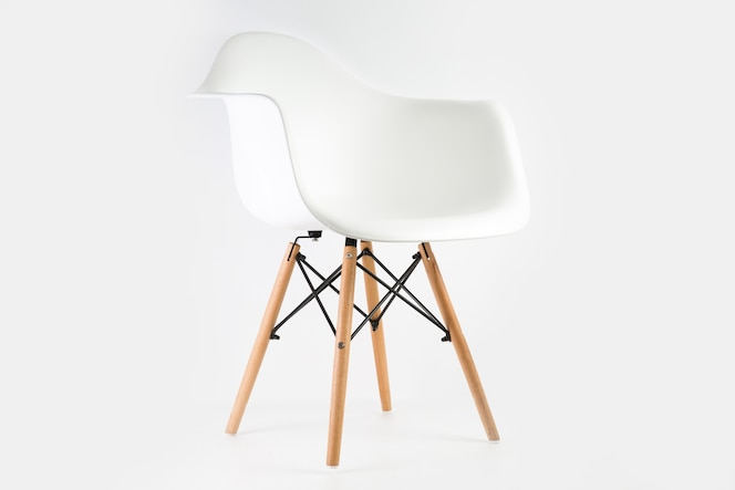 Sedia bianca isolata su uno sfondo bianco - ottima per un articolo sugli elementi essenziali della decorazione domestica