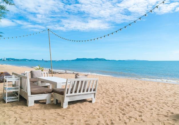 해변에 흰색의 자와 테이블