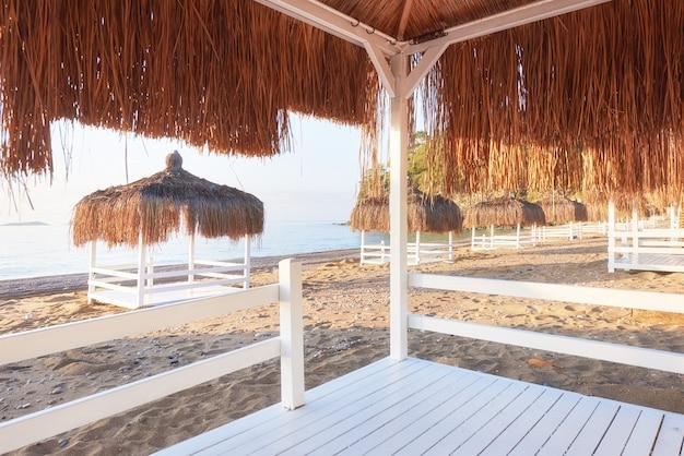 Sedie bianche sulla famosa località balneare amara dolce vita luxury hotel. ricorrere. tekirova-kemer. tacchino.