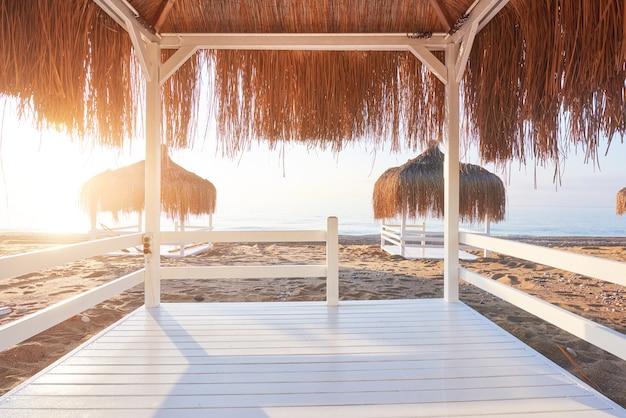 Белые стулья на пляже известного роскошного отеля amara dolce vita. курорт. текирова-кемер. турция.