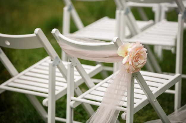 Белые стулья с розой для свадьбы