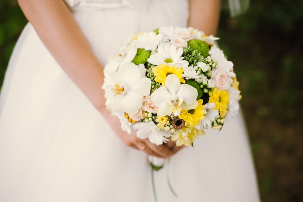 White chamomile bride bouquet