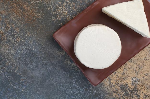 화이트 치즈와 갈색 접시에 슬라이스.