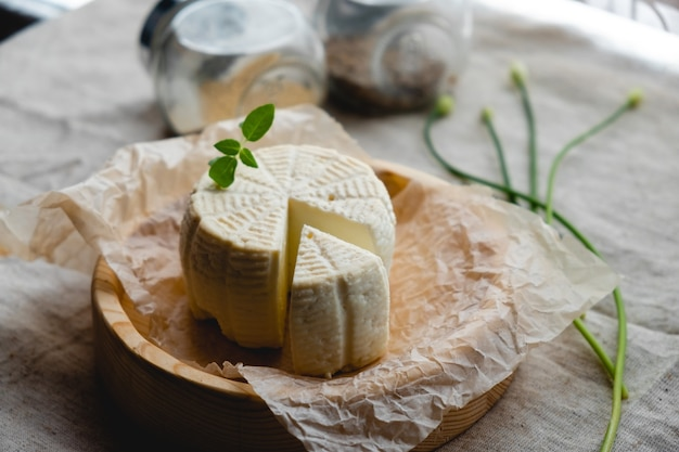 제공 될 준비가 나무 보드에 화이트 치즈