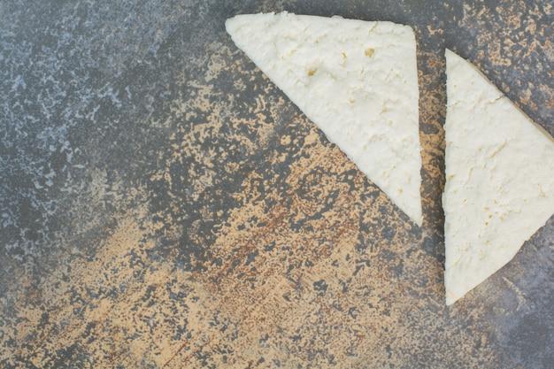 대리석에 흰색 치즈 조각.