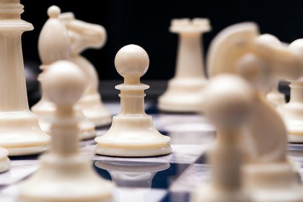Белые шахматные фигуры в начале битвы