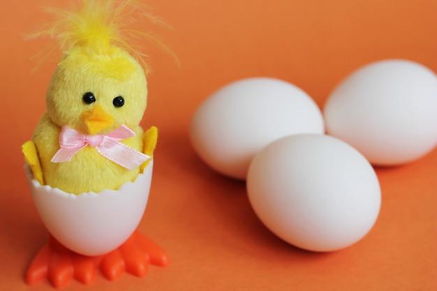 白い鶏の卵と隣のおもちゃの鶏