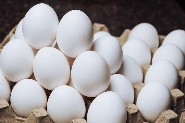 白い鶏の卵。容器に入った鶏卵