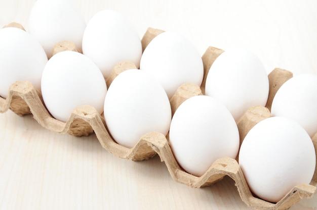 テーブルの上の市松模様のパッケージの白い鶏卵