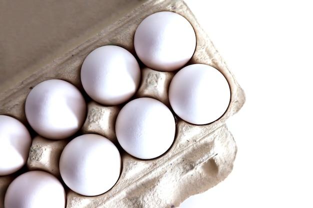 パッケージ入りの白い鶏卵