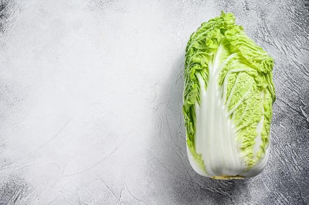 白は白菜。有機野菜。上面図。コピースペース
