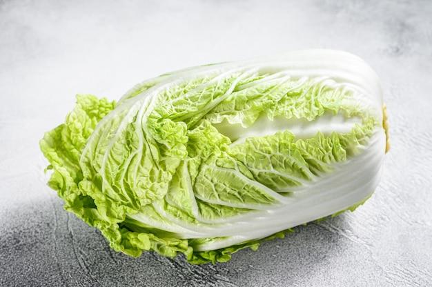 흰 배추. 유기농 채소. 흰 배경. 평면도.
