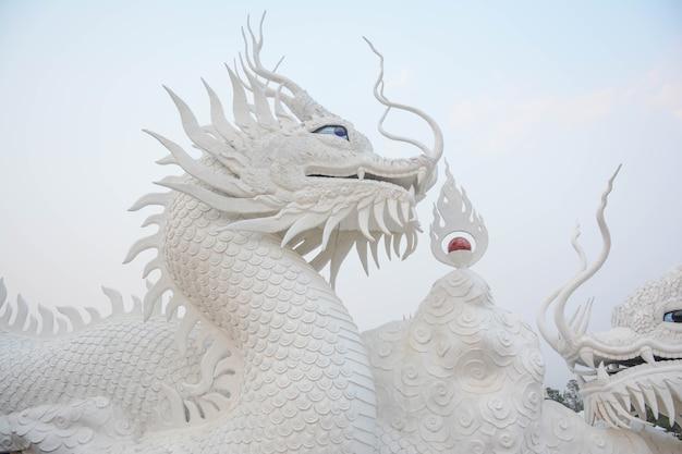 中国のドラゴンの彫刻デザインの背景に飾られた白い中国のドラゴン