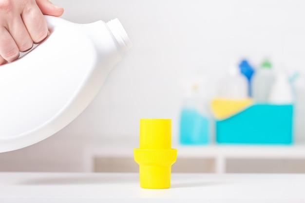 노란색 커버 모형이 달린 흰색 염소 병. 독성 세제. 청소 용품