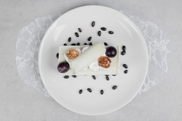 白い皿にホワイトチョコレートケーキ。