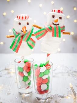クリスマスにホワイトチョコレートを浸したマシュマロ雪だるま