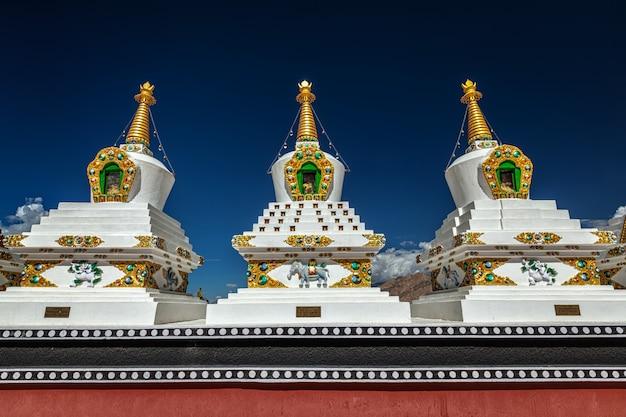 インド、ラダックの白いチョルテンの仏舎利塔