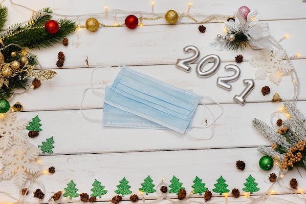 Белый новогодний фон украшен праздничным декором рождественская открытка
