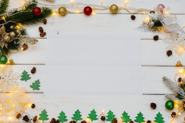 축제 장식, 등불, 눈송이 및 크리스마스 트리 분기로 장식 된 화이트 크리스마스 배경