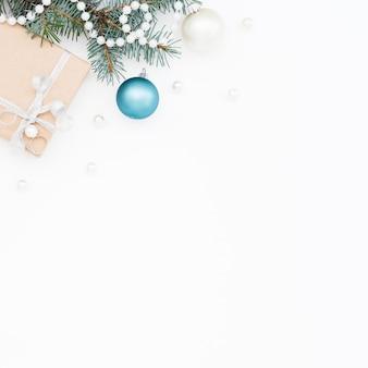 Белый новогодний фон с подарочной коробкой