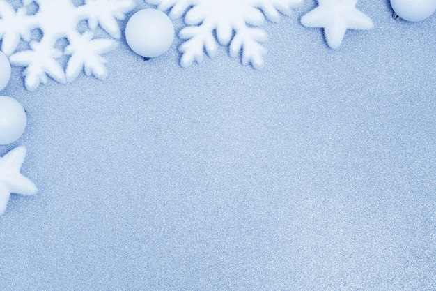 Белое рождественское украшение на синем