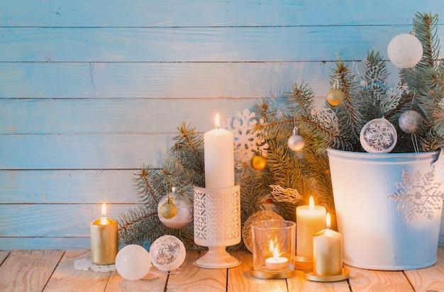 青い木製の白いクリスマスの装飾