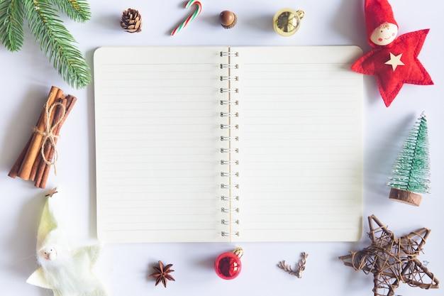 ホワイトクリスマス、ラップトップ付きのデスクオフィス、コーヒー1杯の装飾と作業用品。上面図