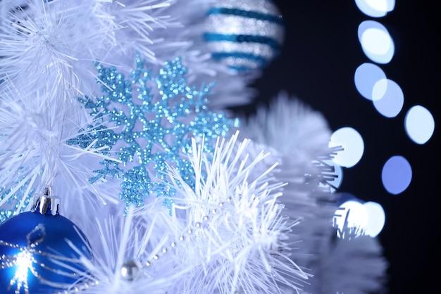 ボケ味の背景に白いクリスマスツリー