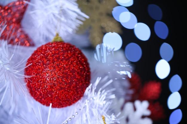 ボケ背景の白いクリスマスツリー