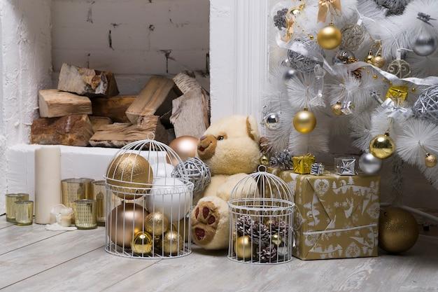 金と銀のボールギフトボックスの休日の装飾と白いクリスマスツリー