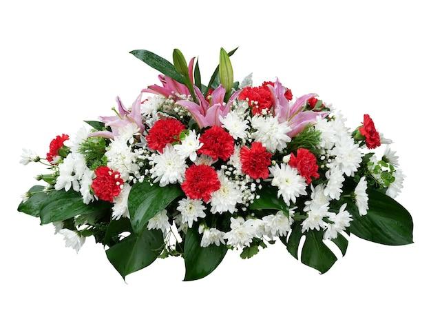 흰색 국화 꽃 붉은 카네이션과 열 대 잎 몬스 테라 배열 자연 부시 배경 흰색 배경에 고립 된 핑크 백합
