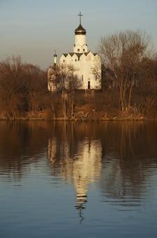 백색 교회와 물 반사