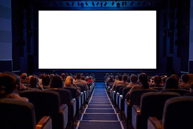 청중을 가진 백색 영화관 스크린.