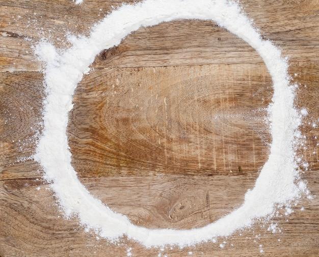 Белый кружок муки на разделочной доске после того, как вы съели круглую буханку пшеничного хлеба