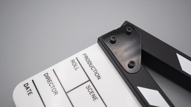 회색 배경의 비디오 제작, 영화, 영화 산업에서 흰색 클래퍼보드 또는 영화 슬레이트를 사용합니다.