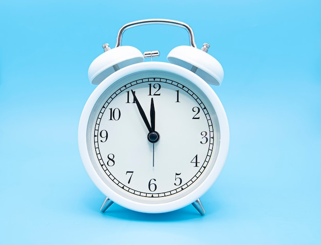 分離された白い古典的な目覚まし時計