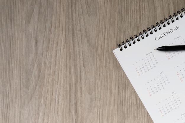 コピースペース、ビジネス会議のスケジュールと無地の黄色の背景に白いきれいなカレンダー