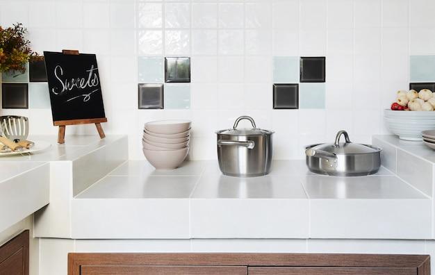 家庭用器具付きキッチンの白いきれいなカウンター