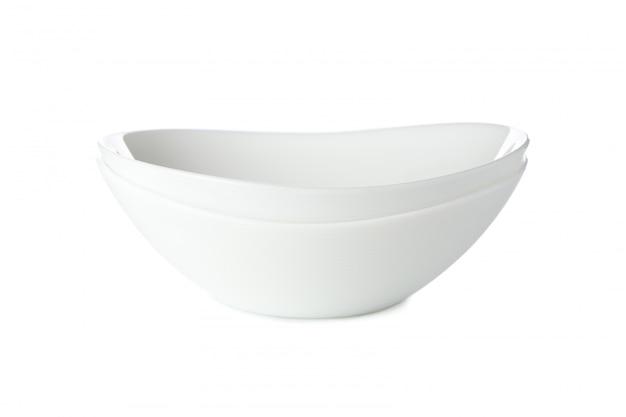 Белая чистая тарелка, изолированная на белом