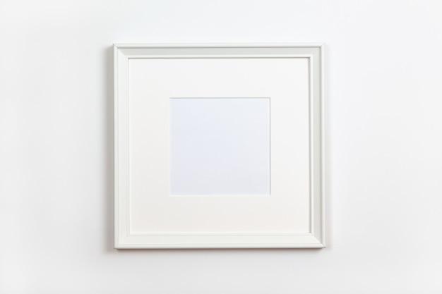 Белая чистая квадратная рамка с паспарту на белом фоне