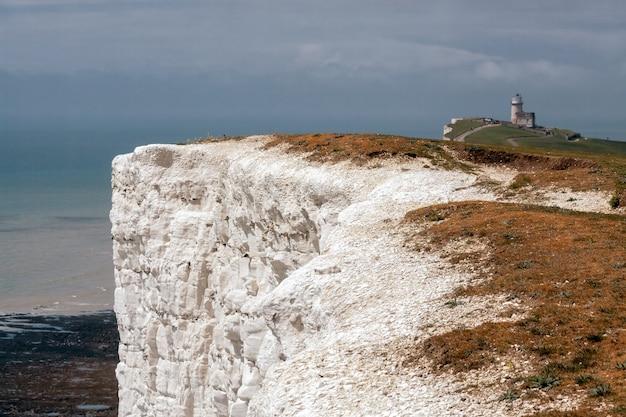 Белые скалы возле маяка бель туте в бичи-хед