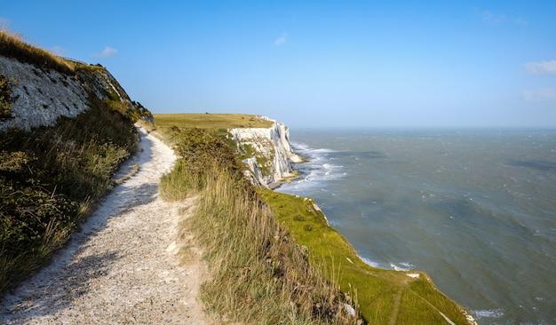 도버 잔디의 하얀 절벽 맑은 하늘 바다 영국 영국