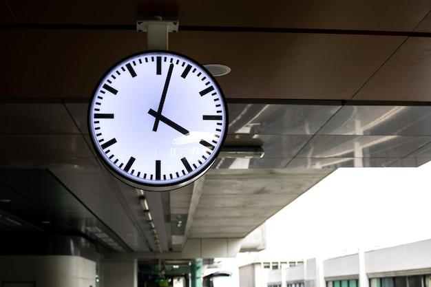 駅舎の白い時計。