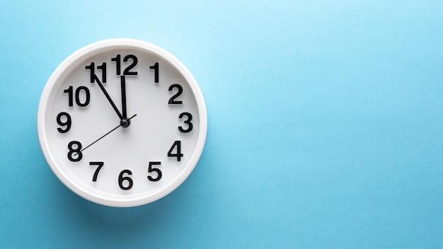 青い壁に白い時計